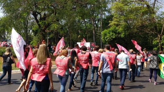 Servidores estaduais e federais percorreram, em protesto, trecho entre a Praça Cívica e a Assembleia Legislativa de Goiás. (Foto: CUT-GO)